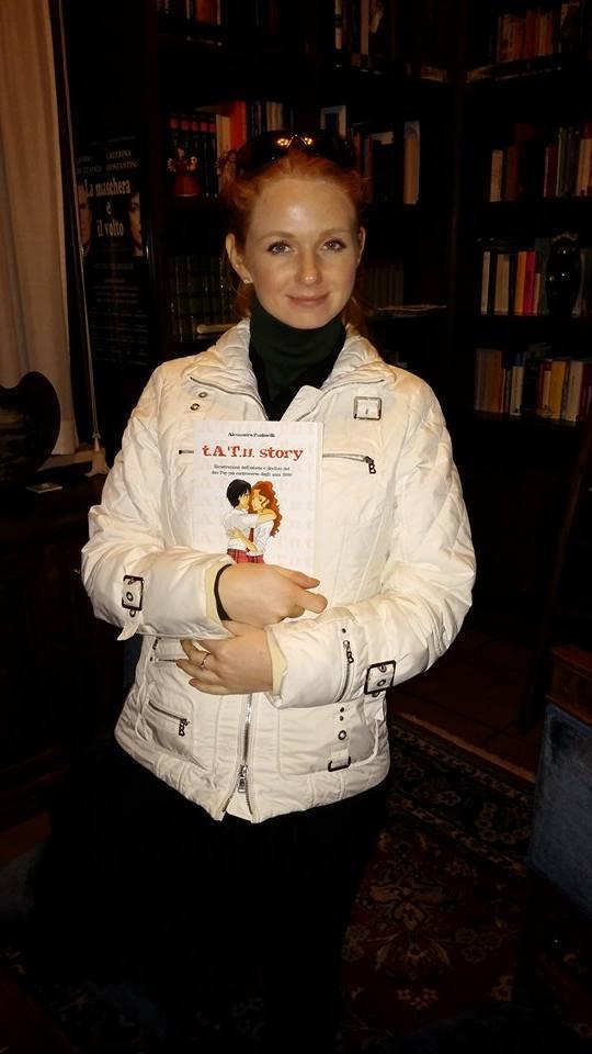 Lena avec le livre t.A.T.u. Story